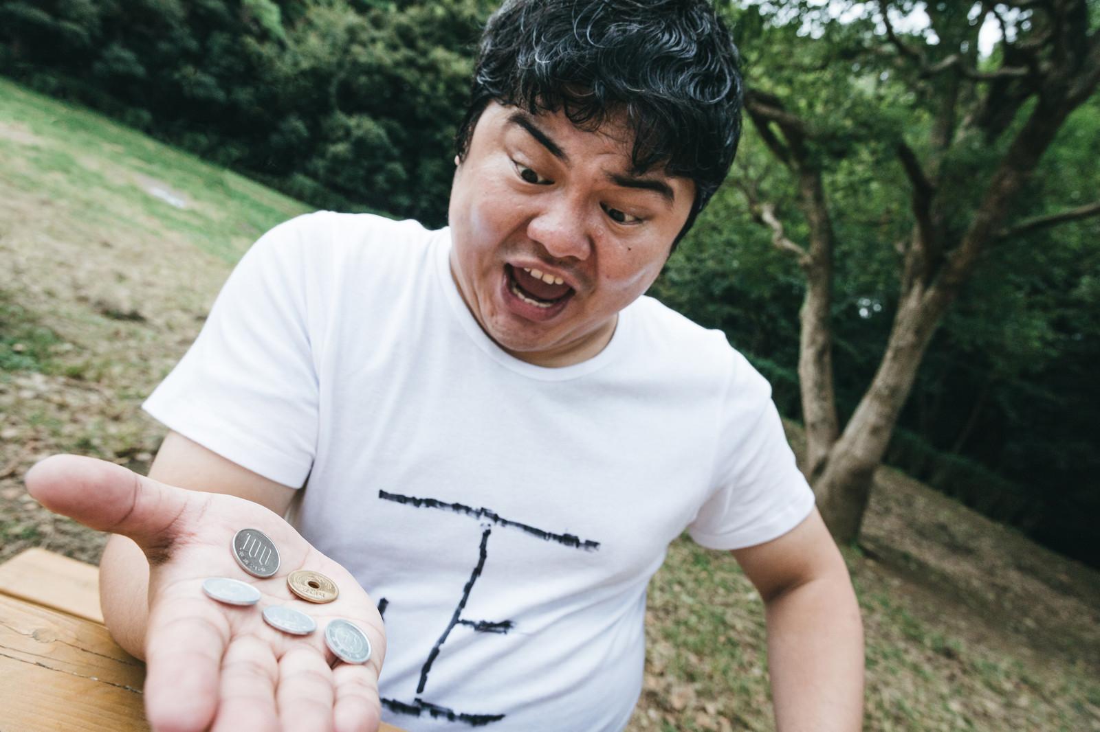 コインを持つ男性