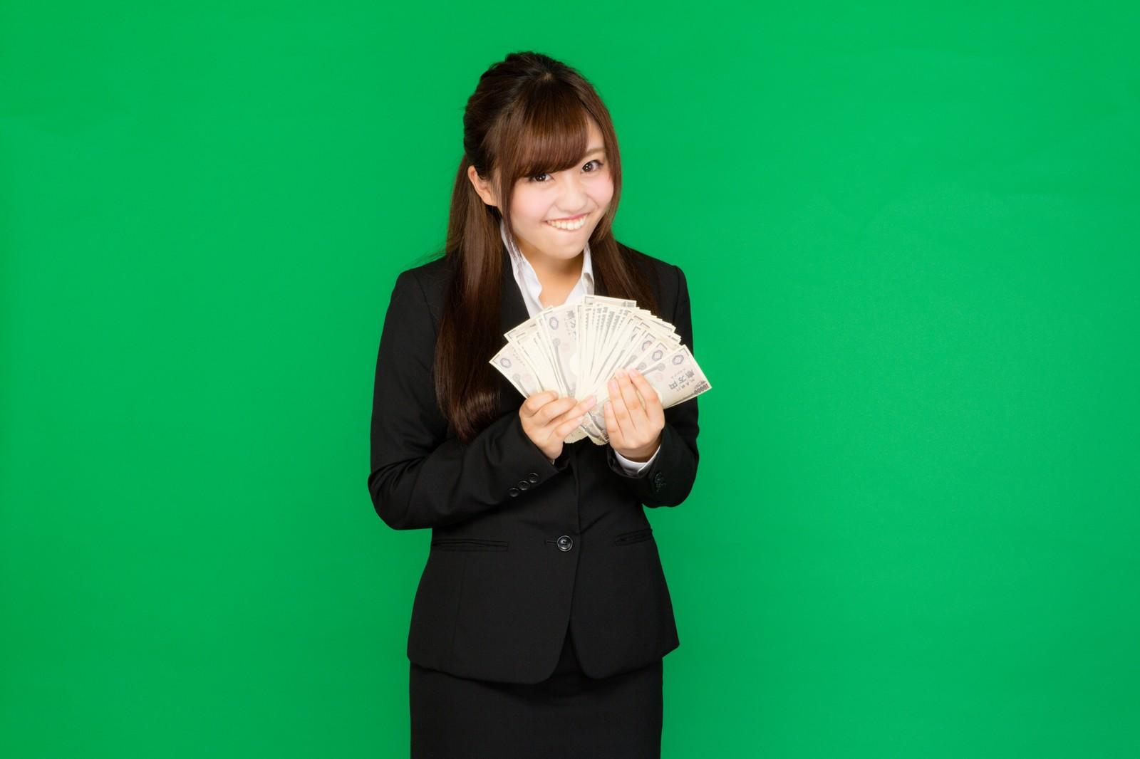 配当金を受け取る女子イメージ