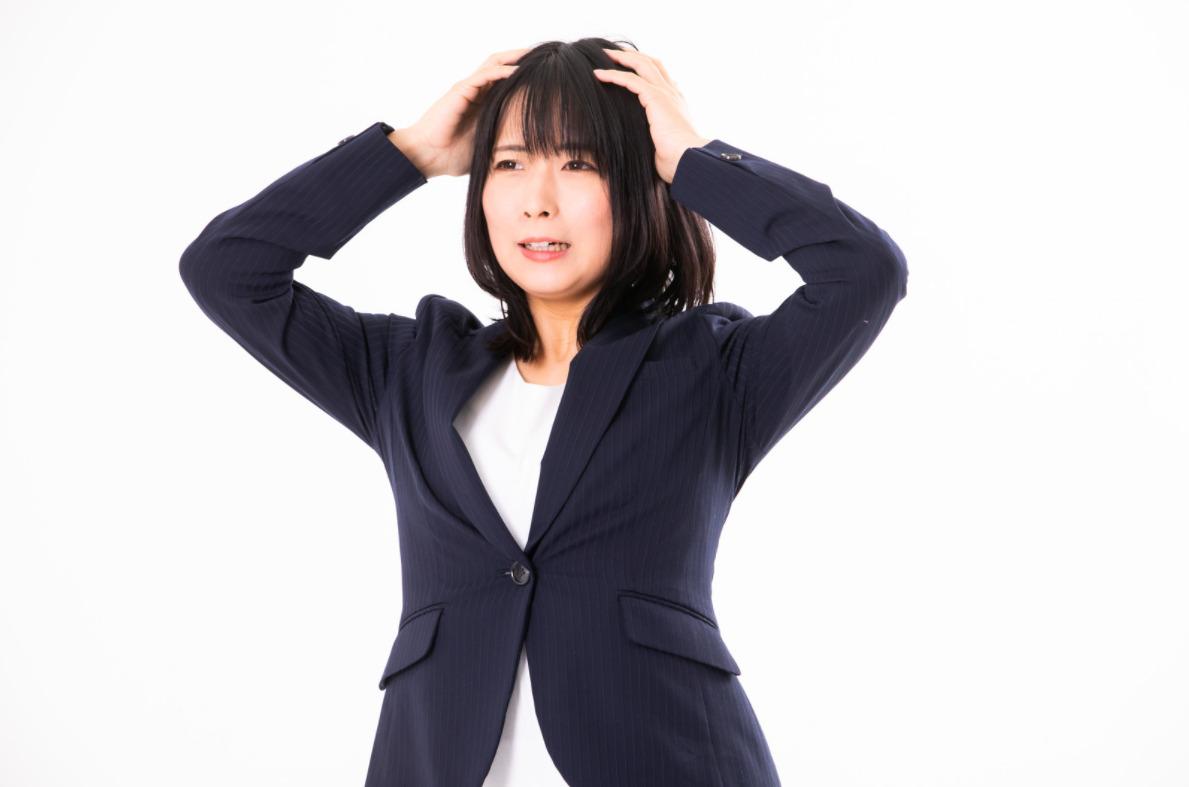 ヤマダ電機株主優待改悪に頭を抱えるイメージ